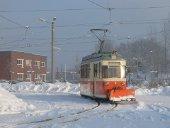 Arbeitswagen mit Schneeschieber