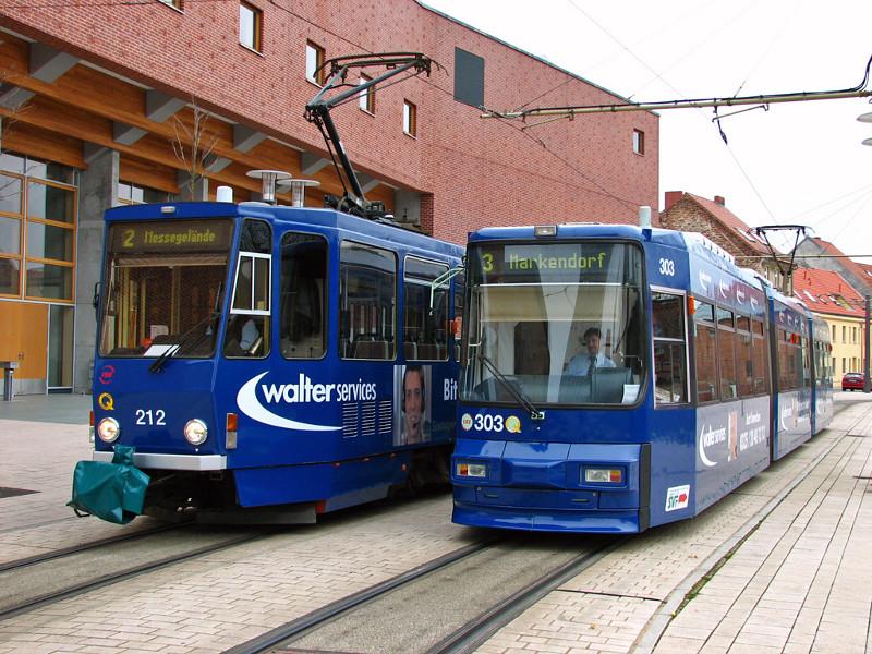 Tatra- und Niederflurwagen in blau