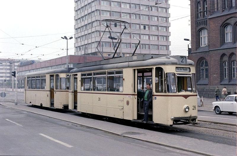Frankfurts erster Einrichtungswagen am Platz der Republik.