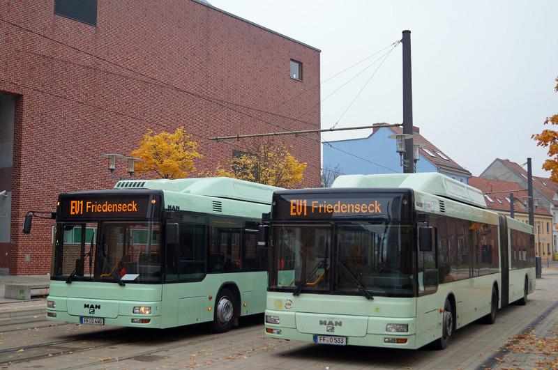 Bus 440 und Gelenkbus 533 am Europaplatz